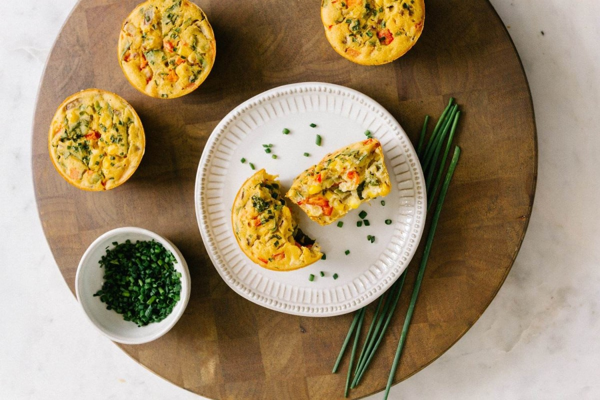 mini quiches raw com vegetais